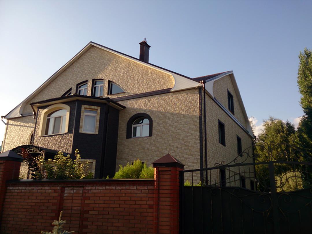 Дом обшитый фасадными панелями Деке Бург